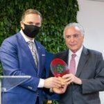 Cônsul honorário Miled El Khoury entrega lembrança da inauguração para o presidente Michel Temer